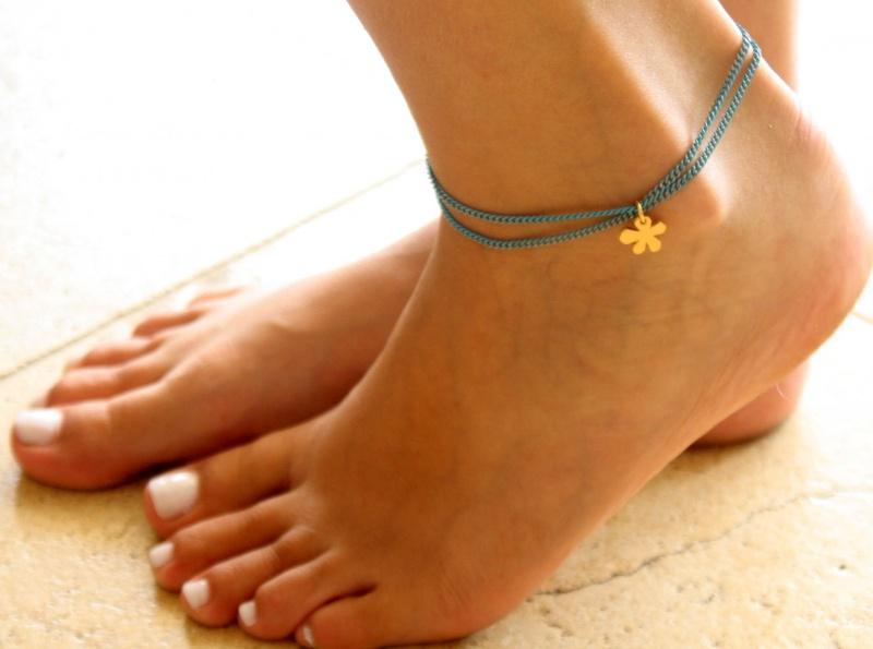 צמיד רגל - צמיד טורקיז לרגל - צמיד רגל עם תליון פרח - צמיד רגל אופנתי - צמידי רגלים - תכשיטי חוף - תכשיטי קיץ - צמיד רגל טורקיז עם פרח