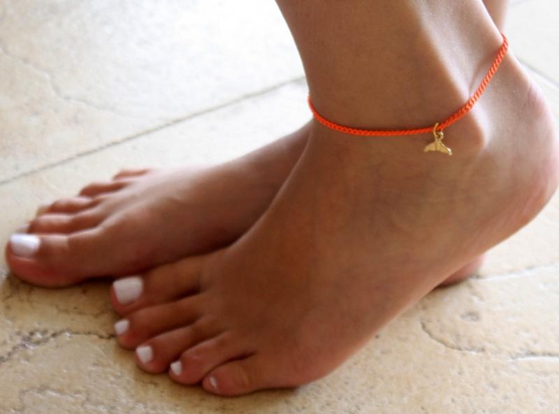 צמיד רגל - צמיד כתום לרגל - צמיד רגל עם תליון סנפיר - צמיד רגל אופנתי - צמידי רגלים - תכשיטי חוף - תכשיטי קיץ - צמיד רגל כתום עם סנפיר זהב