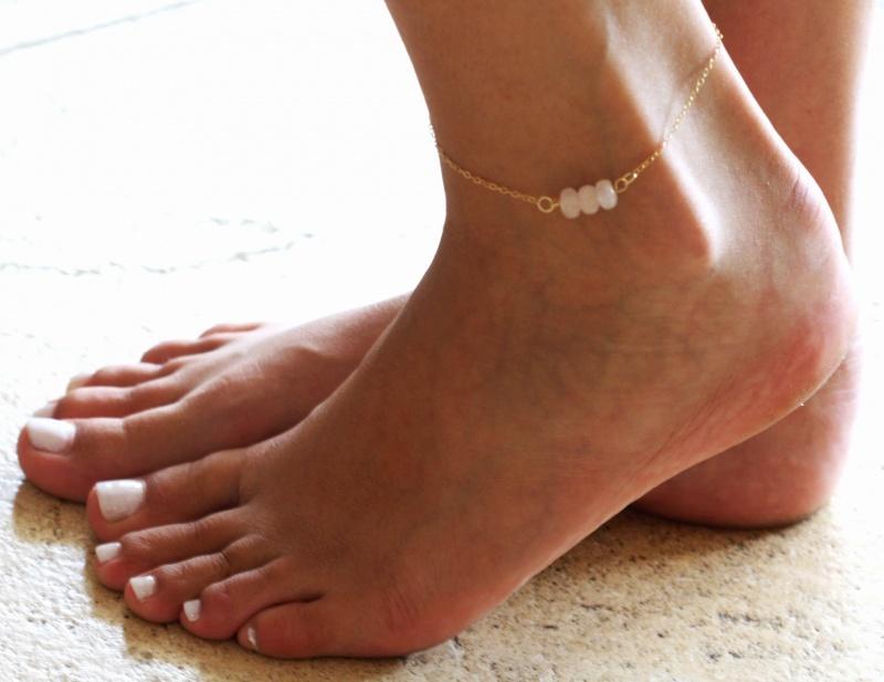 צמיד רגל - צמיד זהב לרגל - צמיד חרוזים לרגל - צמיד רגל חרוזים - צמיד רגל אופנתי - צמידי רגלים - תכשיטי חוף - תכשיטי קיץ - צמיד רגל גולדפילד חרוזי רוזקוורץ