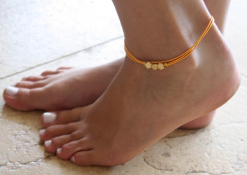 צמיד רגל - צמיד כתום לרגל - צמיד חרוזים לרגל - צמיד רגל חרוזים - צמיד רגל אופנתי - צמידי רגלים - תכשיטי חוף - תכשיטי קיץ - צמיד רגל חוטים כתומים חרוזי זהב
