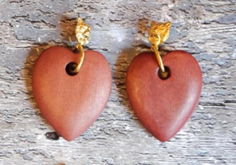 עגילי צ'יטה זהב ולב עץ בורדו