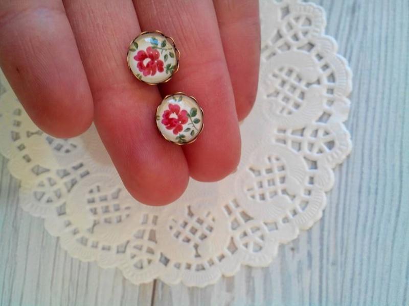 עגילים צמודים פרח אדום