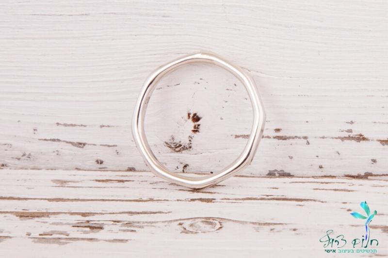 טבעת מתומנת מכסף בגימור טקסטורה