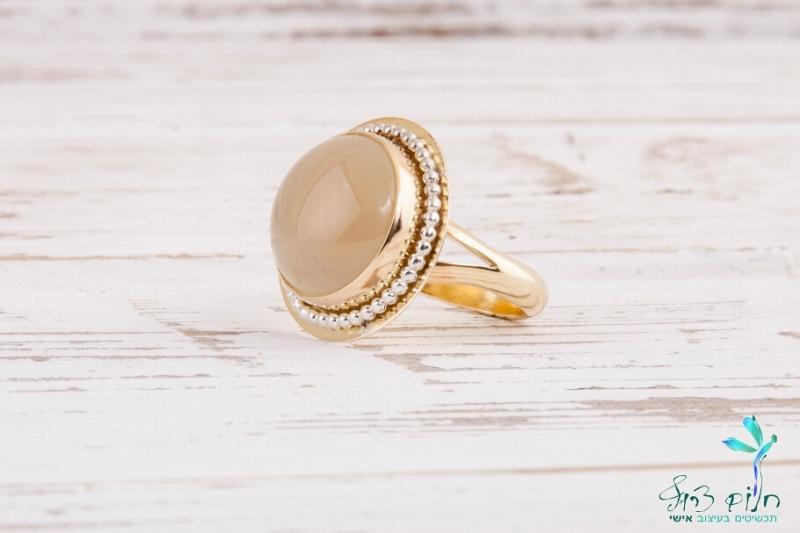 טבעת זהב מעוטרת ומשובצת מונסטון