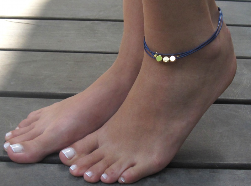 צמיד רגל - צמיד כחול לרגל - צמיד חרוזים לרגל - צמיד רגל חרוזים - צמיד רגל אופנתי - צמידי רגלים - תכשיטי חוף - תכשיטי קיץ - צמיד כחול חרוזי זהב