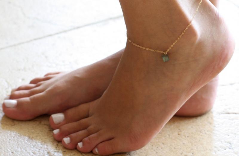 צמיד רגל - צמיד לברדורייט לרגל - צמיד חרוזים לרגל - צמיד רגל חרוזים - צמיד רגל אופנתי - צמיד גולדפילד לרגל - צמיד זהב לרגל - צמידי רגלים - תכשיטי חוף - תכשיטי קיץ - צמיד רגל גולדפילד אבן טורקיז