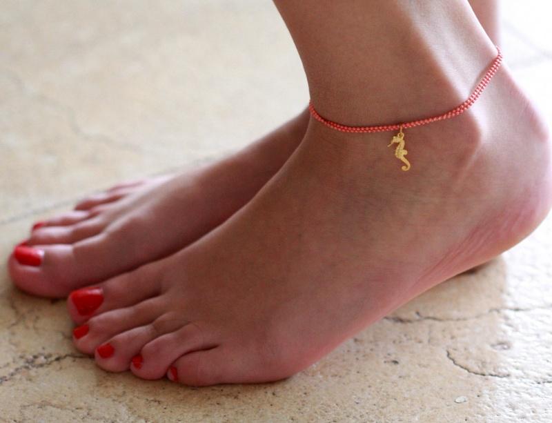 צמיד רגל - צמיד כתום לרגל - צמיד רגל עם תליון סוס ים - צמיד רגל אופנתי - צמידי רגלים - תכשיטי חוף - תכשיטי קיץ - צמיד רגל כתום עם סוס ים