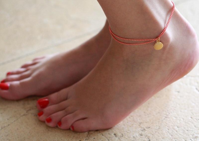 צמיד רגל - צמיד כתום לרגל - צמיד רגל עם תליון צדף - צמיד רגל אופנתי - צמידי רגלים - תכשיטי חוף - תכשיטי קיץ - צמיד רגל כתום עם צדף