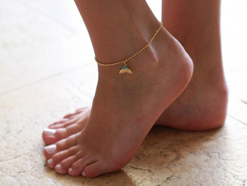 צמיד רגל - צמיד רגל מזהב - צמיד רגל עם תליון זנב לויתן - צמיד רגל אופנתי - צמידי רגלים - תכשיטי חוף - תכשיטי קיץ - צמיד רגל דיסקית זהב עם תליון זנב לויתן וחרוז טורקיז