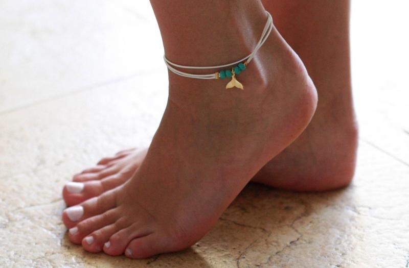צמיד רגל - צמיד רגל לבן - צמיד רגל עם תליון זנב לויתן - צמיד רגל אופנתי - צמידי רגלים - תכשיטי חוף - תכשיטי קיץ - צמיד רגל לבן עם תליון זנב לויתן זהב וחרוזי טורקיז