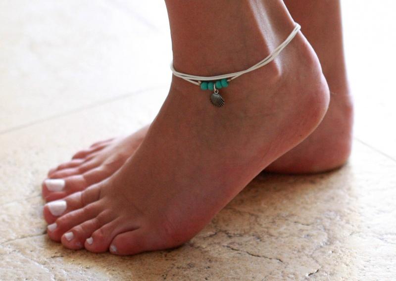 צמיד רגל - צמיד רגל לבן - צמיד רגל עם תליון צדף - צמיד רגל אופנתי - צמידי רגלים - תכשיטי חוף - תכשיטי קיץ - צמיד רגל לבן עם תליון צדף כסף וחרוזי טורקיז