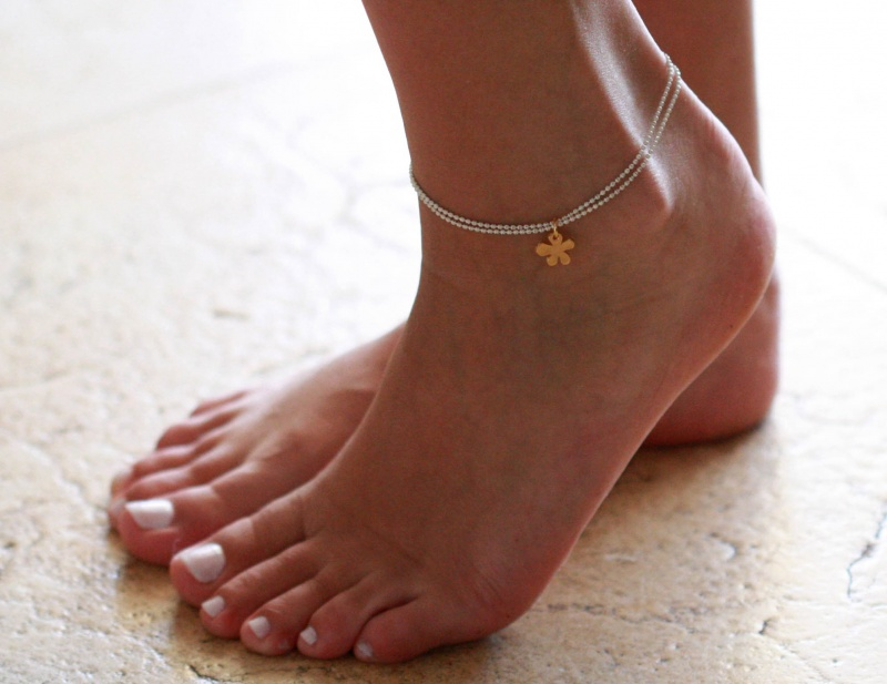 צמיד רגל - צמיד לבן לרגל - צמיד רגל עם תליון פרח - צמיד רגל אופנתי - צמידי רגלים - תכשיטי חוף - תכשיטי קיץ - צמיד רגל לבן עם פרח זהב