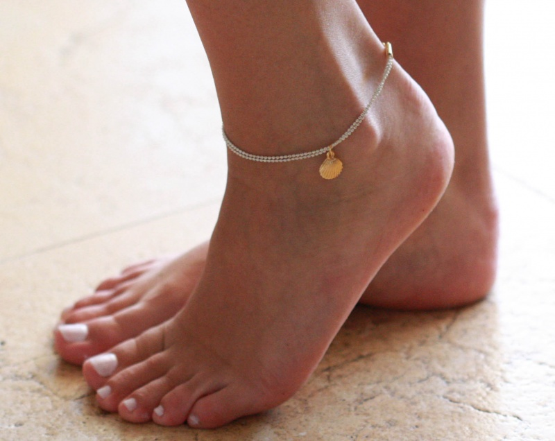 צמיד רגל - צמיד לבן לרגל - צמיד רגל עם תליון צדף - צמיד רגל אופנתי - צמידי רגלים - תכשיטי חוף - תכשיטי קיץ - צמיד רגל לבן עם צדף זהב