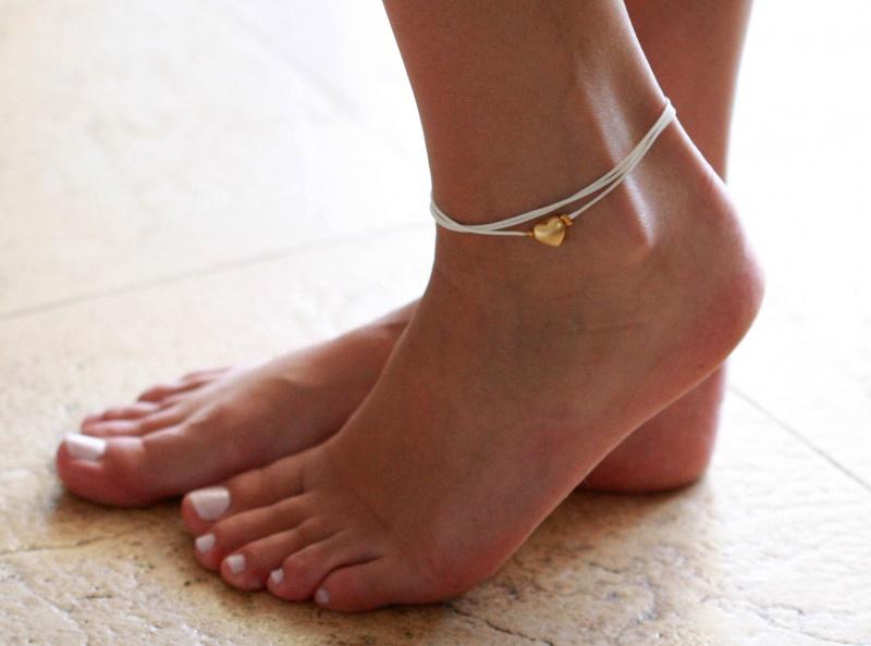 צמיד רגל - צמיד רגל לבן - צמיד רגל עם תליון לב - צמיד רגל אופנתי - צמידי רגלים - תכשיטי חוף - תכשיטי קיץ - צמיד רגל לבן עם תליון לב זהב