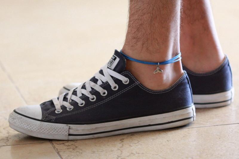 צמיד רגל לגבר - תכשיט לרגל לגבר - צמידי רגלים לגברים - תכשיטי חוף לגברים - תכשיטי קיץ לגברים - צמיד רגל חוט כחול לגבר עם תליון זנב לויתן