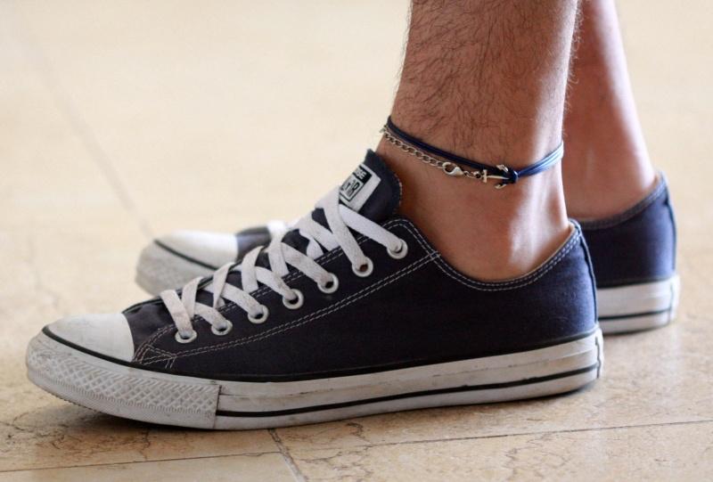 צמיד רגל לגבר - תכשיט לרגל לגבר - צמידי רגלים לגברים - תכשיטי חוף לגברים - תכשיטי קיץ לגברים - צמיד רגל חוט כחול כהה לגבר עם תליון עוגן