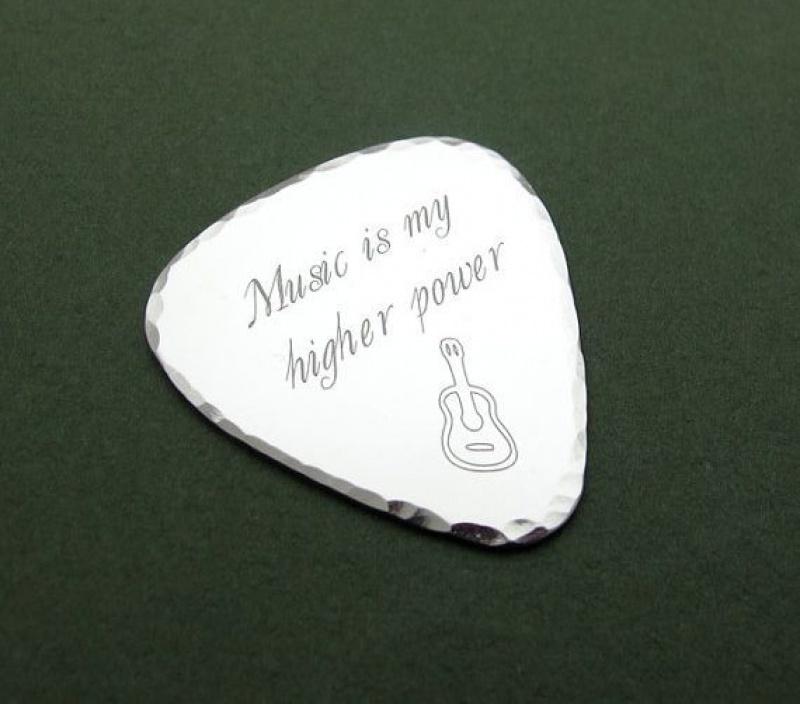 מתנות לחובבי מוסיקה ומוסיקאים. מפרט גיטרה בעיצוב אישי. מתנה לגבר