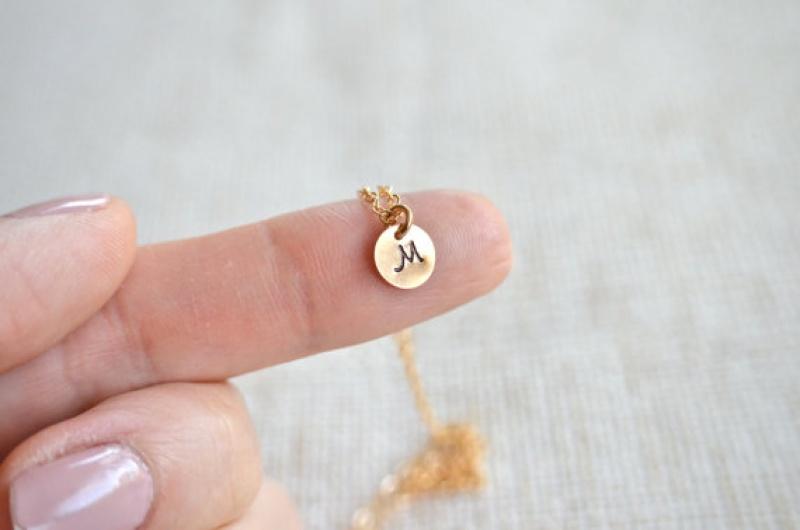 שרשרת זהב עם אות - תליון קטן עם חריטה - מתנה מקסימה לבת זוג - שרשרת -  תליון אות אחת