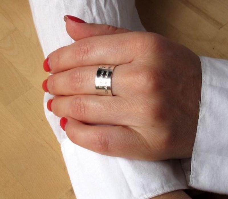 טבעת עם חריטה - טבעת כסף עם כיטוב אישית - טבעות לנשים - טבעת רחכה בעיצוב אישי - טבעת מתכווננת