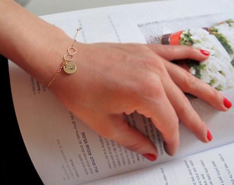 צמיד לחברה  - צמיד גולדפילד עם חריטת אות מודגשת - צמידים בעיצוב אישי - מתנה לבת זוג