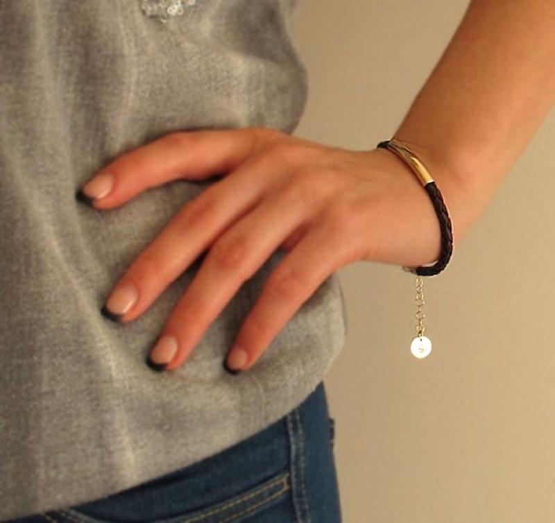 צמיד עור לאישה - צמיד עם תליון אות - צמיד גולדפילד עם דיסק - צמידים בעיצוב אישי -