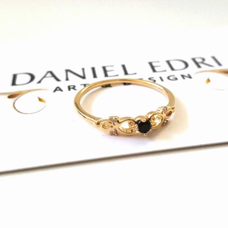 טבעת עיטור ואבן שחורה