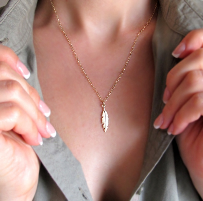 שרשרת זהב עם נוצה - שרשראות נוצה גולדפילד - תליון נוצה - תכשיטים ייחודיים - תכשיטים מעוצבים