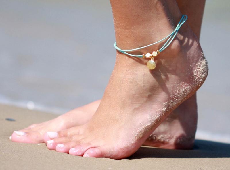 צמיד רגל - צמיד רגל טורקיז - צמיד רגל עם תליון צדף - צמיד רגל אופנתי - צמידי רגלים - תכשיטי חוף - תכשיטי קיץ - צמיד רגל טורקיז עם תליון צדף וחרוזי זהב
