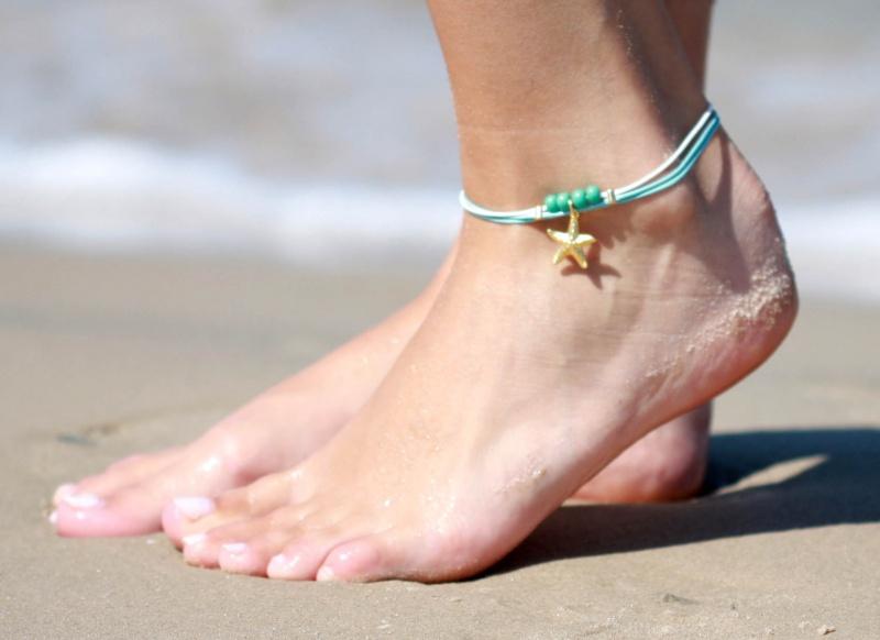 צמיד רגל - צמיד רגל טורקיז - צמיד רגל לבן - צמיד רגל עם תליון כוכב ים - צמיד רגל אופנתי - צמידי רגלים - תכשיטי חוף - תכשיטי קיץ - צמיד רגל טורקיז ולבן עם תליון כוכב ים וחרוזי טורקיז