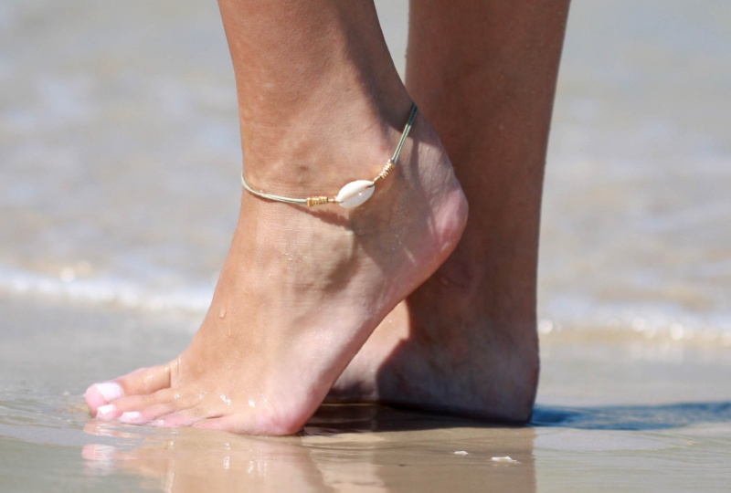 צמיד רגל - צמיד רגל ירוק זית - צמיד רגל עם תליון קונכיה - צמיד רגל אופנתי - צמידי רגלים - תכשיטי חוף - תכשיטי קיץ - צמיד רגל ירוק זית עם תליון קונכיה וחרוזי זהב