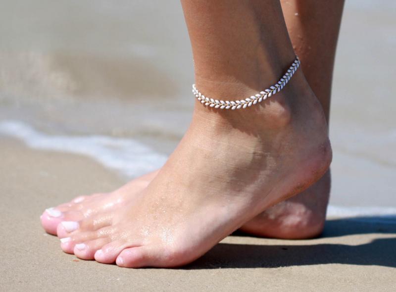 צמיד רגל - צמיד לבן לרגל - צמיד רגל אופנתי - צמידי רגלים - תכשיטי חוף - תכשיטי קיץ - צמיד רגל חיצים לבן