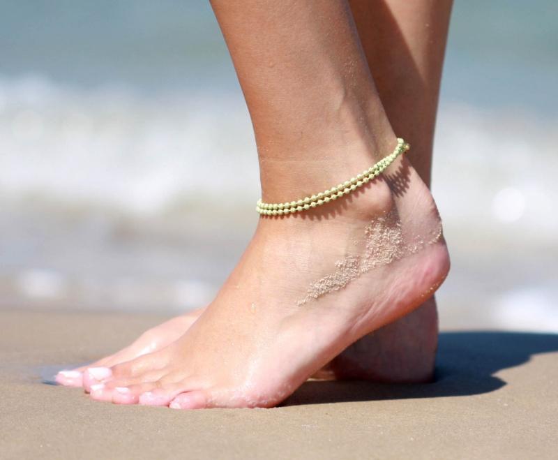 צמיד רגל - צמיד ירוק לרגל - צמיד רגל דיסקיות - צמיד רגל אופנתי - צמידי רגלים - תכשיטי חוף - תכשיטי קיץ - צמיד רגל ירוק בהיר דיסקיות
