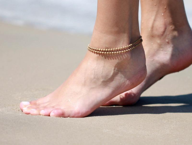 צמיד רגל - צמיד בז' לרגל - צמיד רגל דיסקיות - צמיד רגל אופנתי - צמידי רגלים - תכשיטי חוף - תכשיטי קיץ - צמיד רגל בז' דיסקיות