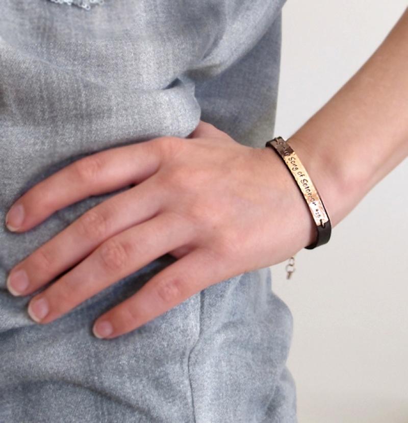 צמיד בחריטה יוניסק - צמיד עור כם הקדשה אישית - מתנה לבן או בת זוג - תכשיטים עם חריטה - צמידים עם כיתוב אישי