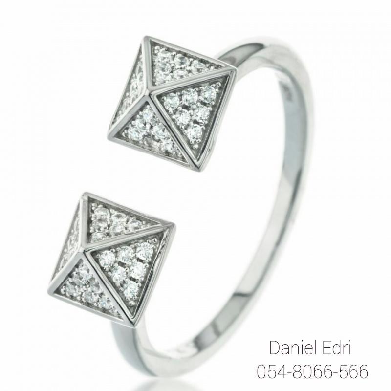 טבעת פרמידות משובצות- כסף