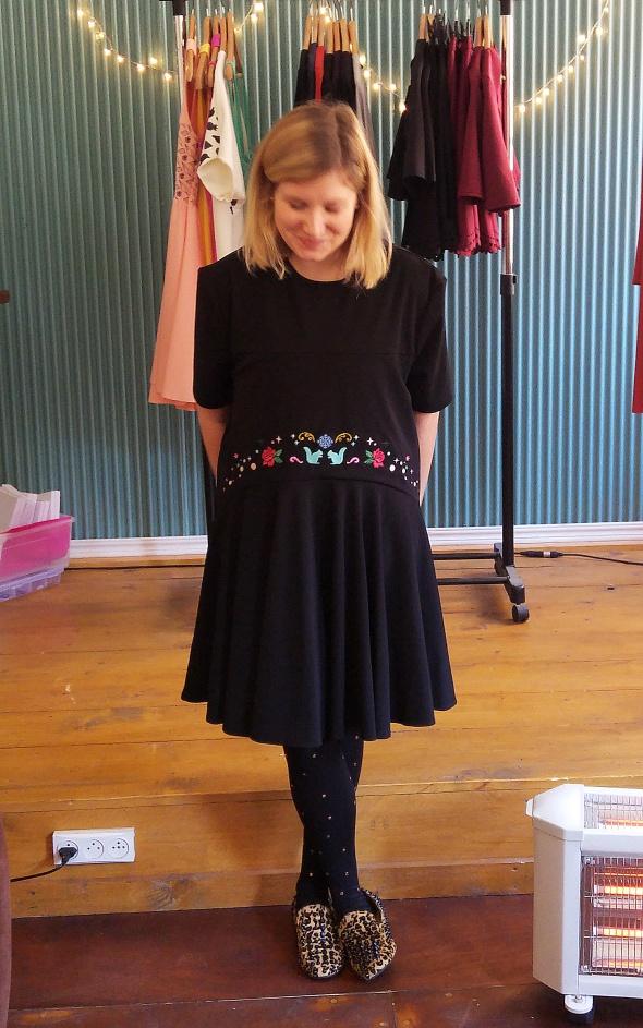 שמלת סנאי בצבע שחור עם רקמה גדולה