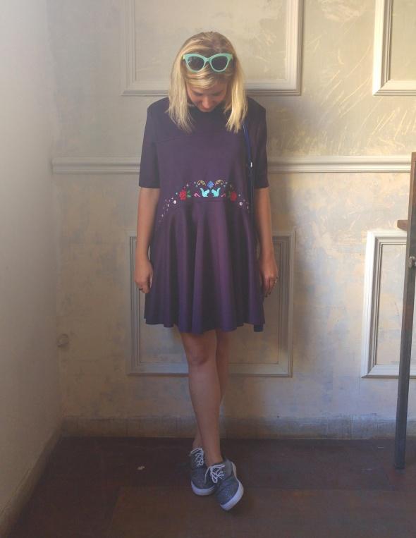 שמלת סנאי בצבע סגול עמוק עם רקמה גדולה