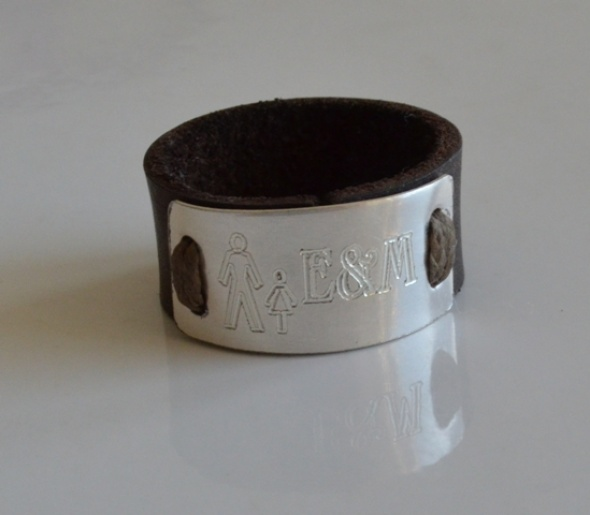 טבעת עור בשילוב פלטה כסף בחריטה אישית