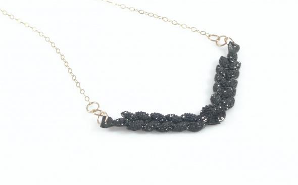 שרשרת גולדפילד בשילוב תליון אבנים שחורות