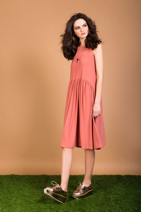 שמלת חיפושית בצבע ורוד מעושן
