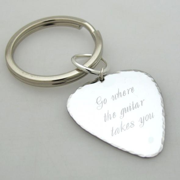 מחזיק מפתחות בצורת מפרט לגיטרה  - מתנה מקורית לגבר - מפרט בעיצוב אישי - מתנה לבן זוג