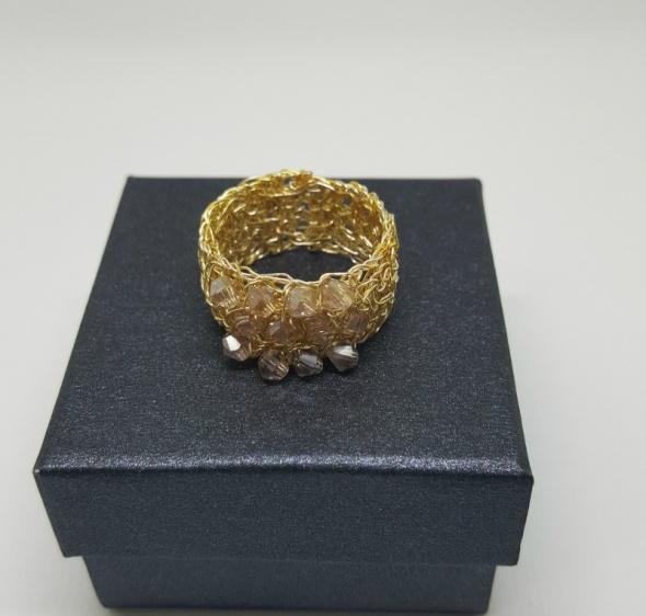 טבעת גולדפילד סרוגה בשילוב אבני סברובסקי