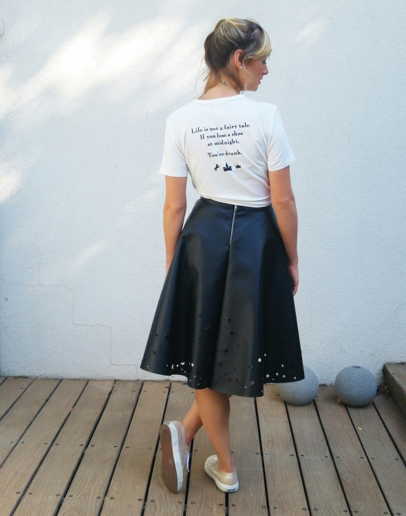 טי שירט MIDNIGHT - חולצת טי הנקשרת מלפנים עם הדפס כיתוב בגב