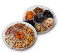 מארז הכולל שני מגשי אירוח עם מבחר פירות יבשים ופיצוחים