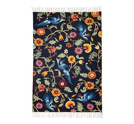 שטיח צמר אוסטרלי בצבע שחור לבן עם ציפורים ופרחים