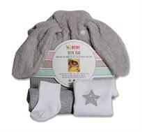 סט מתנה ליולדת הכולל מגבת חיבוקי הנקשרת סביב הצוואר, בגד גוף, מכנס וגרביים מיננה