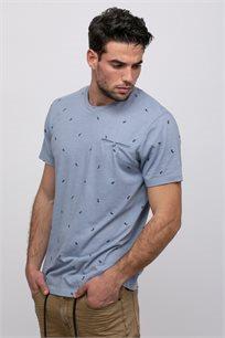 חולצת טי הדפס אול אובר עם שפתי כיס קדמי