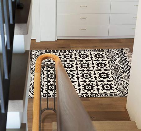 שטיח בגווני שחור ולבן עשוי צמר אוסטרלי באיור ריבועים וקשתות על רקע לבן בגדלים לבחירה - משלוח חינם - תמונה 3