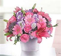 סידור ורוד לבבי המבטא אהבה, שזור עם גרברות ורודות, ורדים וליזיאנטוס