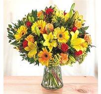לשמח את הלב! פריחה צהובה, זר כפרי בגווני כתום-צהוב מורכב מגרברות, ליליות וורדים